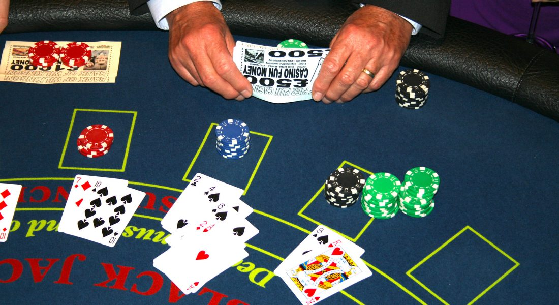 playing-blackjack-at-the-casino_t20_OxaOLO